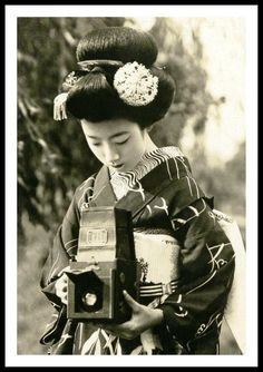 VINTAGE PHOTOGRAPHY: Maiko Hatsuko and Her Camera 1920