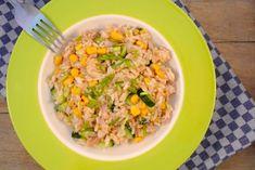 """Bij een salade denk ik meestal meteen aan sla met komkommer, tomaat en een lekkere dressing. Maar een lekker alternatief voor een """"gewone"""" salade is een rijstsalade. Wij hebben een lekkere rijstsalade gemaakt met tonijn, maïs, komkommer en sjalot. Tijd: 20-25 min. Recept voor 2 personen Benodigdheden: 150 gram rijst 1 blikje tonijn (met olie)...Lees Meer »"""