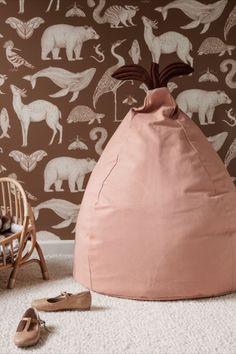 Spielkamerad und Sitzsack in einem Der robuste Ferm Living Birne Sitzsack ist die perfekte Ergänzung fürs Kinderzimmer. Seine süße Birnenform lädt zum Reinlümmeln, Entspannen und Wohlfühlen ein. Als Spielkamerad, Ort der Entspannung oder als zusätzliche Sitzgelegenheit - der Fantasie sind keine Grenzen gesetzt. #found4you #kinderzimmer #designforkids #design #kidsinterieur #ideen #fermliving