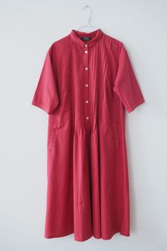 Skjorte kjole fra YaccoMaricard. Skjorten kjolen kan bruges nu med en strik over, men fungere også godt som en forårs-sommer kjole med bare under og et par Lofina sandaler.