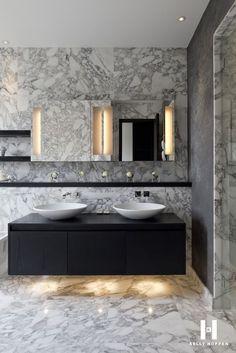 Erg mooie combinatie van verschillende soorten marmer en steen. Dit met het zwarte wastafel meubel zorgt voor een erg luxe uitstraling.