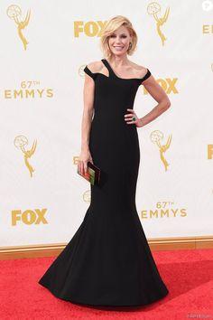 Julie Bowen escolheu vestido preto Georges Chakra Couture para o Emmy Awards 2015, neste domingo, 20 de setembro de 2015