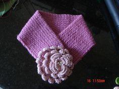 Gola em trico com flor de croche