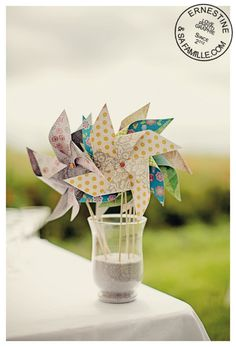 DIY tuto moulin à vent - The bride next doorThe bride next door Kids Table Wedding, Garden Party Wedding, Diy Wedding, Wedding Ideas, Paper Windmill, Diy For Kids, Crafts For Kids, Deco Champetre, Origami Mobile