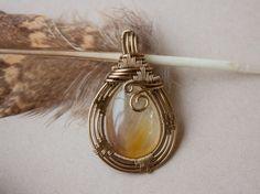Pendentif wire wrap sur quartz rutile par oPetitePlumeo sur Etsy #crystal #jewelry #wirewrap #wirewrapping #handmade #necklace #newage #enlightment #gemstones #unique #artisan #instagood #petiteplume #opetiteplumeo #gypsie #bohemian #boho #hippie #rutilated #quartz #love #photooftheday