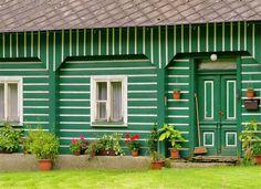 Maison en bois #vert | Zolpan Intensément Couleurs