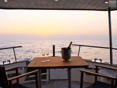 Navegación privada de 3 h viendo el atardecer en el skyline de Barcelona y Cena romántica navegando con la brisa del mar a la luz de las estrellas