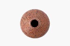 Jarrones realizados con lápices, por Tuomas Markunpoika Colección de jarrones que han sido realizados con lápices como materia prima, con diferentes patrones de la estructura interna del lápiz