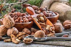 A fák alatt gurul az igazi csodaszer . Kilenc csoda, amire a dió képes :  1. Segít a fogyásban , 2. Segít az alvásban 3. Szép lesz tőle a hajunk 4. Segít elkerülni a szívinfarktust 5. A nőknél csökkenti a cukorbetegség kialakulásának kockázatát 6. Javítja a spermát 7. Jót tesz a bőrnek 8. Segít megőrizni a szellemi frissességet 9. Hatékonyan dolgozik a hasnyálmirigyrák ellen Dog Food Recipes, Stuffed Mushrooms, Beans, Vegetables, Products, Nature, Stuff Mushrooms, Vegetable Recipes, Veggie Food