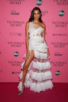 Joining Candice on the red (pink) carpet was Gizele Oliveira, who stepped out in a stunning Aadnevik dress with tiers. British Fashion Awards, Elie Saab Couture, Poppy Delevingne, Perrie Edwards, Priyanka Chopra, New York Fashion, Dress Break, Gizele Oliveira, Iconic Dresses