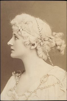 1887 Photograph of Mary Anderson as Hermione in A Winter's Tale at the Lyceum Theatre. Antique Photos, Vintage Pictures, Vintage Photographs, Old Photos, Winter's Tale, History Of Photography, Old Hollywood Glamour, Conte, Belle Epoque