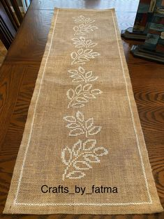 Quilted Table Runners Christmas, Table Runner And Placemats, Crochet Table Runner, Burlap Table Runners, Hand Embroidery Designs, Diy Embroidery, Embroidery Patterns, Cross Stitch Designs, Cross Stitch Patterns