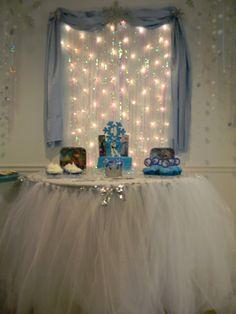 Frozen Birthday Party decor Frozen Themed Birthday Party, Disney Frozen Birthday, 6th Birthday Parties, Frozen Party, 4th Birthday, Winter Birthday, Birthday Ideas, Winter Wonderland Party, Winter Onederland