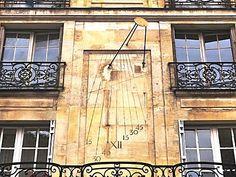 Très beau cadran solaire dans la deuxième cour du 51-53 rue Saint Louis en l' Ile (Hôtel Chenizot classé monument historique. Paris 4ème arr.