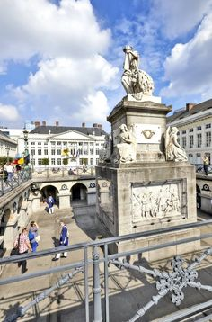 Just a few steps away from one of the most vibrant and busy shopping areas in Brussels the Martyrs' Square is the perfect spot to chill out for a while!