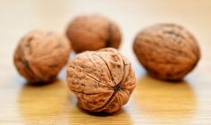 Walnuts have incredible health benefits. Each bite is packed with Omega 3 fatty acids, anti oxidants and a heap of vitamins and minerals. Healthy Brain, Good Healthy Snacks, Healthy Soup Recipes, Eat Healthy, Brain Food, Walnut Benefits, Health Benefits Of Walnuts, Walnuts Nutrition, Silvester Party