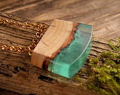 Be unique wooden necklace nature pendant resin por ForestFuzz