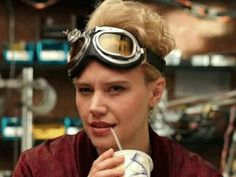 Get the Hamist RAF Aviator Pilot Goggles seen with Jillian Holtzmann, played by Kate McKinnon, in the movie Ghostbusters Discover products and locations from movies and TV shows with TheTake. Kate Mckinnon Ghostbusters, Ghostbusters 2016, Die Geisterjäger, Ghost Busters, Movie Characters, Girl Crushes, Images Gif, Costumes, Movies