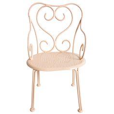 Maileg Puppen-Stuhl Romantic in zartem Powder 13€ Auf dem powderfarbenen Maileg Stuhl im Romantic Stil nehmen die Hasen gerne Platz. Zusammen mit der Bank und dem Tisch aus der gleichen Möbel-Kollektion sorgen die Accdessoires für jede...