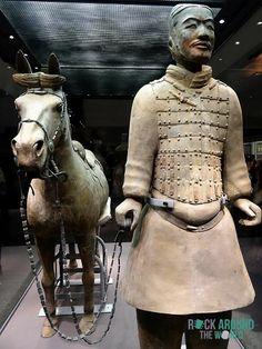 Kavallerist mit seinem gesattelten Kriegspferd der Terrakotta Armee vom Kaiser Qín Shǐhuángdì in Halle 2 – Cavalryman with his saddled War-horse of the Terracotta Warriors of the first emperor Qín Shǐhuángdì in Pit 2 in Xi'an, China
