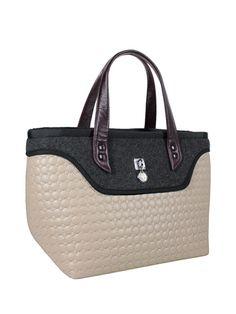 Torebka od dziewczyn z Goshico:) Szukając pikowanej torebki znalazłam super propozycję - fajny jasno-szary kuferek z serii Flowerbag. To super modna duża torba ze skórzanymi uchwytami, wykonana z połączenia pikówki i filcu....