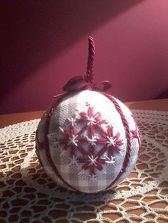 A broderie suisse anche qualche pallina per l'albero Chicken Scratch Patterns, Chicken Scratch Embroidery, Christmas Baubles, Holiday Ornaments, Christmas Crafts, Quilted Ornaments, Ball Ornaments, Embroidery Stitches, Hand Embroidery