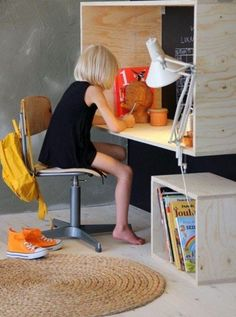 ESTUDOS DENTRO DA CAIXA   já imaginou montar para seu filho uma escrivaninha que simula um caixote? Basta ter 4 pedaços de madeira e fixá-los como se fossem prateleiras, seguindo o formato da foto. Fácil, né? #façavocêmesmo #diy #cantodeestudos #móveiscriativos #TecnisaDecor #Tecnisa Foto: Decozilla