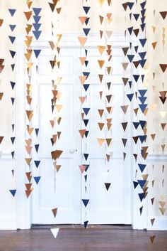 Geometric wedding theme and details is one of the hottest trends of last and this year; we've already told you of geometric wedding cakes, and now it's time to discuss décor and other touches. A geometric wedding backdrop. Baby Shower Pictures, Cute Baby Shower Ideas, Diy Wedding Backdrop, Diy Backdrop, Garland Wedding, Wedding Decor, Cheap Backdrop, Paper Backdrop, Boho Baby Shower