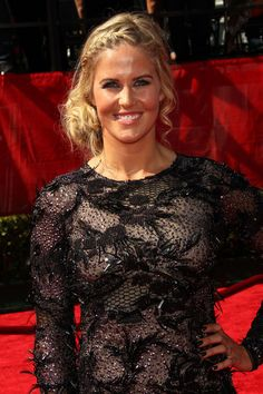 Sarah Burke Messy Updo - Skier Sarah Burke looked casual chic at the ESPY Awards with her messy updo that incorporated a trendy braid. Look Casual Chic, Casual Looks, Espy Awards, Messy Updo, Updos, Ponytail, Braids, Snowboarding, My Style