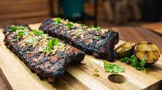 Le Maître du Grill revisite un classique du barbecue : les côtes levées ! Pour remplacer la traditionnelle marinade sèche, il opte pour une pâte arômatique d'inspiration tex-mex avec des ingrédients surprenants.