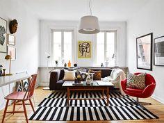 Décor do dia: vermelho e P&B Sala tem decoração moderna com o trio