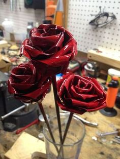 Yourself an Aluminum Rose! Make yourself an aluminum rose!Make yourself an aluminum rose! Aluminum Can Flowers, Aluminum Can Crafts, Metal Crafts, Soda Can Flowers, Tin Flowers, Fabric Flowers, Tin Can Art, Soda Can Art, Tin Art