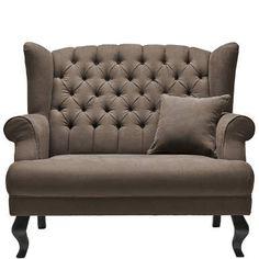 ein besonders breiter und damit besonders komfortabler Sessel. Der Grand Duc-Sessel ist als großzügiger 1,5-Sitzer angelegt, bietet bei normaler Statur also Platz für 2 Personen, die sich vertraut unterhalten wollen oder Nähe genießen möchten. Der Sessel verfügt über eine angenehm straffe Polsterung, eine hohe, geknöpfte Rückenlehne, geschwungene Armlehnen und Chippendale-Beine sowie über ein Kissen. Sie wünschen noch eine kleine Entscheidungshilfe