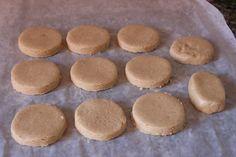 Polvorones de almendra - Polvorones moldeados antes de hornear - Preparados en casa salen riquísimos, mucho mejor que los comprados. Adedmás son muy sencillos de realizar. El polvorón es una tipo de mantecado. La principal diferencia con respecto a los mantecados es que el polvorón, además de los ingredientes habituales del mantecado (harina, azúcar y manteca), lleva siempre almendra tostada.
