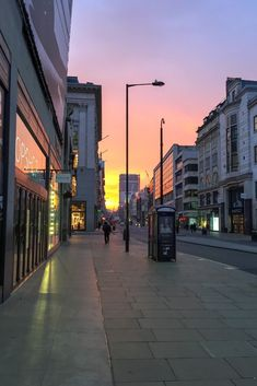 Walking through SOHO in London, experiencing this sunset. Night Aesthetic, City Aesthetic, Travel Aesthetic, New York Life, Nyc Life, Paris By Night, Images Esthétiques, All The Bright Places, City Vibe