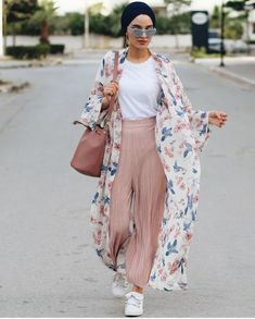 Floral kimono-Modest Summer Fashion Trends You Nee. Hijab Fashion Summer, Modern Hijab Fashion, Hijab Fashion Inspiration, Summer Fashion Trends, Muslim Fashion, Kimono Fashion, Modest Fashion, Kimono Outfit, Turban Outfit