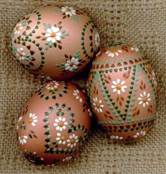 3 interesting painting techniques for Sorbian Easter eggs - house decoration more - Sorbian Easter eggs floral motifs bossing technique - Easter Egg Crafts, Easter Eggs, Christmas Ornament Crafts, Holiday Crafts, Art D'oeuf, Easter Egg Designs, Easter Traditions, Egg Art, Motif Floral