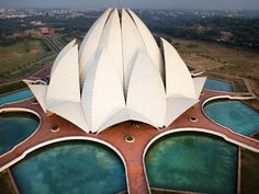 "The Bahá'í House of Worship in New Delhi India is known as the Lotus Temple: It's composed of 27 marble ""petals"" surrounded by nine ponds. Designed by Iranian-born architect Fariborz Sahba. Sacred Architecture, Cultural Architecture, Delhi India, New Delhi, Weather In India, Humayun's Tomb, Cool Optical Illusions, India Gate, Viajes"