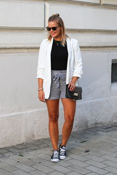 Black and white look, weißer blazer, business look, karierte short, converse, furla tasche, blond, streetstyle, sommerlook, fashion, fashionblogger