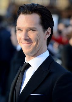 Benedict Cumberbatch SratTtrek avant-première, Leicester Square, London, 5/2/2013.. Love this one!  =)