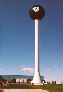 Conheça a maior bola 8 do mundo.