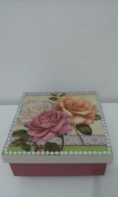 Caixa em mdf Decoupage Vintage, Decoupage Paper, Cute Box, Pretty Box, Small Wooden Projects, Box Roses, Craft Show Ideas, Altered Boxes, Jewellery Boxes