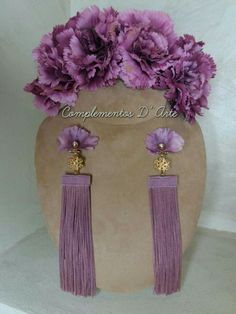 Aretes color morado especiales para la ocacion Handcrafted Jewelry, Earrings Handmade, Flower Belt, Tassel Earrings, Pearl Beads, Chic Wedding, Beaded Embroidery, Fabric Flowers, Diy Fashion