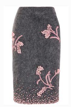 Prada Esta falda midi en color gris con bordados rosados es un sueño para cualquier fashionista. #autumnwinter2017