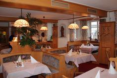 """In unserem Restaurant gilt: """"Hier kocht der Chef!"""" - die ganze Liebe der Kochkunst spürt man schon im einfachsten Gericht, über Spezialitäten der bayerisch-schwäbischen und fränkischen Küche bis hin zur festlichen Tafelrunde."""