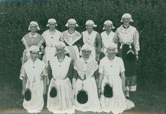 Vriendinnengroep in Fries kostuum, circa 1940.