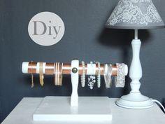 DIY  un présentoir pour bracelets : amélioraqtion → choisir un + grand support  mettre 3 tailles de support de tringle à rideaux (le + petit devant le moyen puis le grand derrière) 3 tronçons de barre de tringle à rideau.