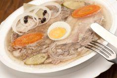 SCHWEIN Tellersülze mit Ei, Gurke und Zwiebeln