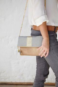 Pochette/Sac gris clair et doré en suédine