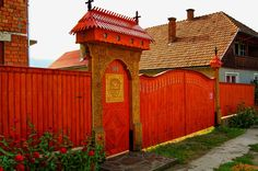 Korondi székelykapu, Photo by Gergely Csíky / Korond, Székely Land, eastern Transylvania Wooden Gates, Entrance Doors, Shed, Outdoor Structures, Cabin, Architecture, House Styles, Gallery, Outdoor Decor